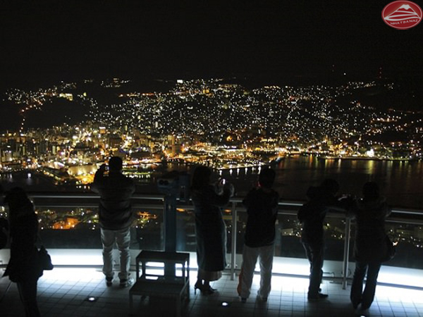 Mọi người thích đứng đây ngắm nhìn bầu trời lung linh về đêm của Nagasaki