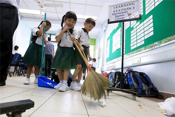 Các em nhỏ vệ sinh lớp học của mình