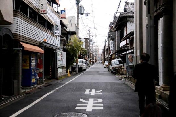 Phố cũng nhỏ, nhưng sách và trật tự. Phục các bác tài ở Nhật luôn, nép xe vô đường sát vạch chuẩn từng milimét