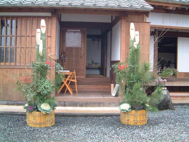 Đặt Kadomatsu ở cạnh cửa đón may mắn