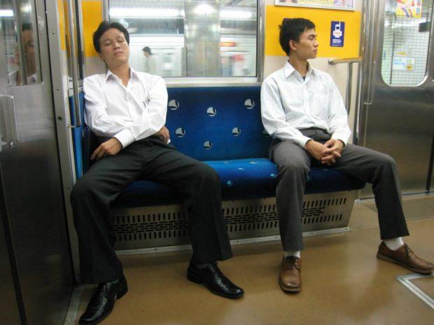 Tranh thủ ngủ trên tàu sau ngày làm việc mệt mỏi ở Nhật bản