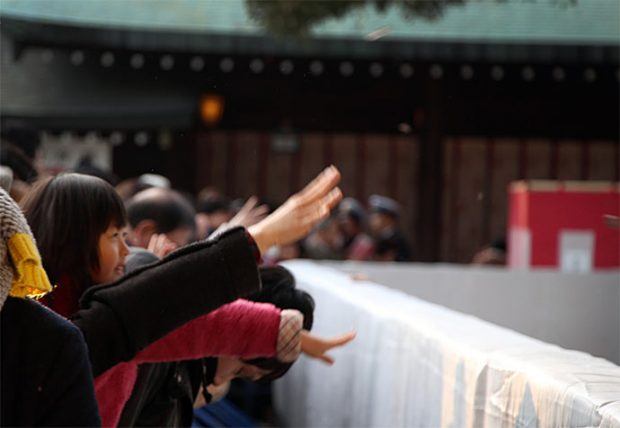 """Vỗ tay """"gọi thần"""" lễ chùa đầu năm Nhật Bản"""