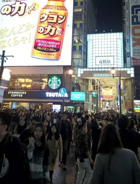 Khách du lịch đi shopping ở Osaka