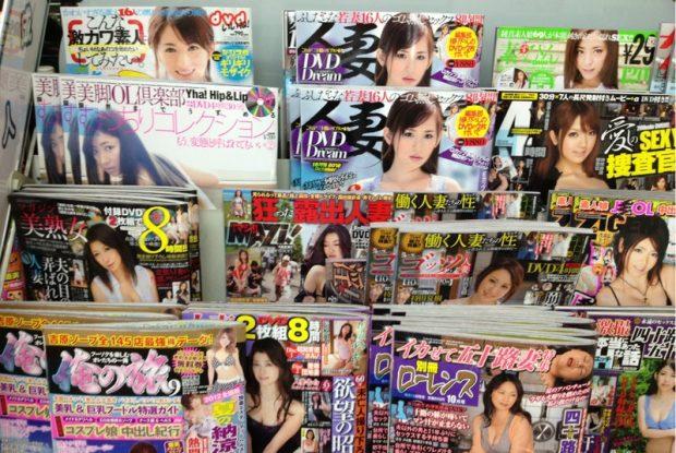 Tạp chí người lớn bày bán ở các cửa hàng tiện ích