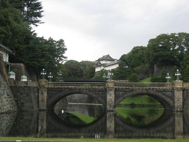 """Cầu """"Mắt Kiếng"""" (Meganebashi) trước Hoàng Cung"""