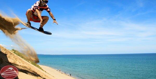 Lướt ván xuống triền đồi cát bằng ván