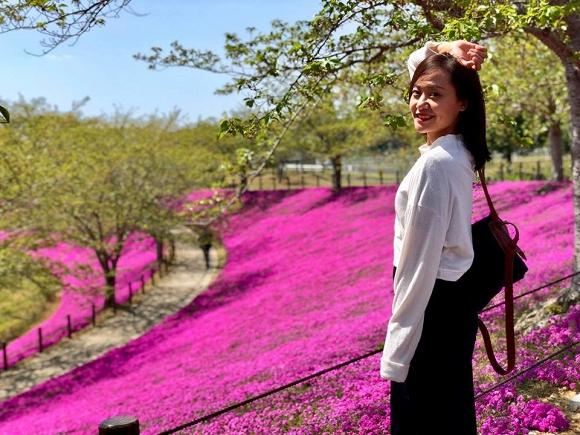 Hồng Ánh với hoa chi anh