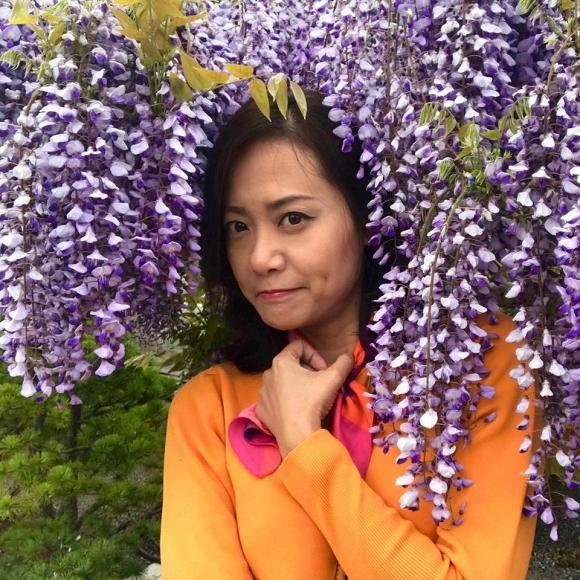 Hồng Ánh với hoa tử đằng