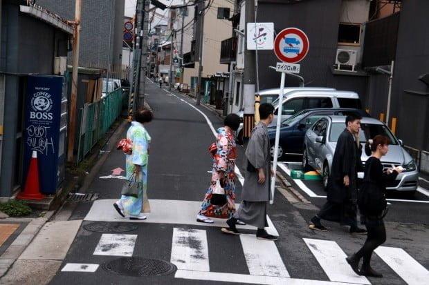 Người Nhật vẫn mặc áo Kimono truyền thống ra đường hàng ngày.