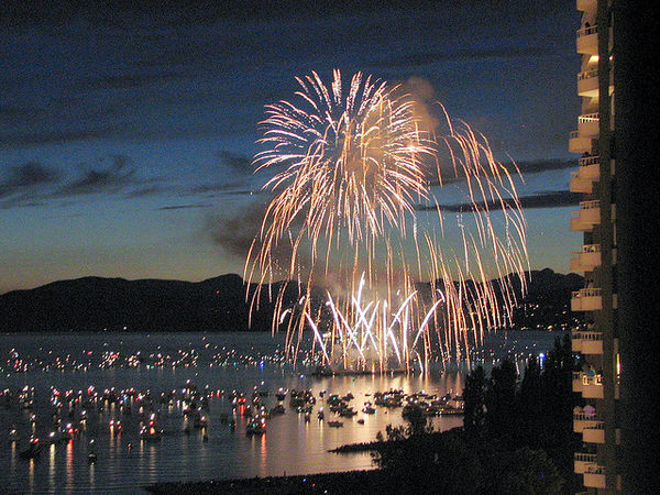 beach-town-fireworks-nhatbanaz