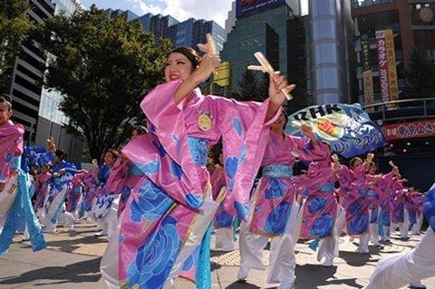 các nghệ nhân đang trình diễn các điệu múa truyền thống