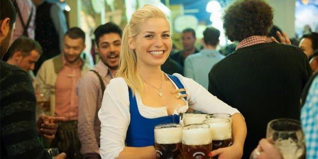 một cô gái người Đức đang phục vụ bia cho du khách và người dân trong lễ hội.858