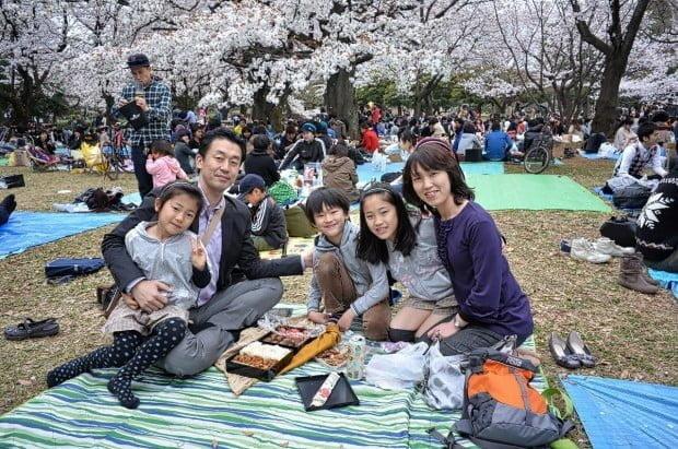 một gia đình nhật trong bữa tiệc Hanami