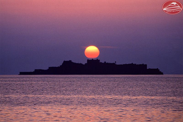 Hòn đảo nhìn từ xa như một chiến hạm nên được lấy tên là Gukan-jima