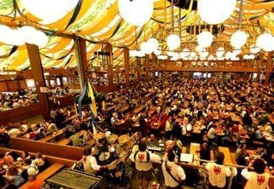 người dân và du khách nhộn nhịp tham gia lễ hội Hibiya Oktoberfest