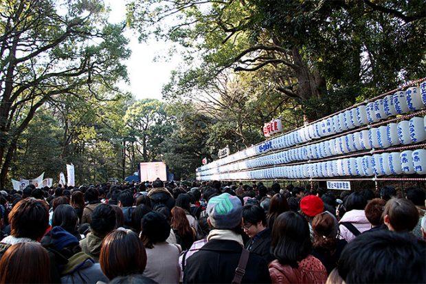 Trật tự khi lễ chùa đầu năm Nhật Bản