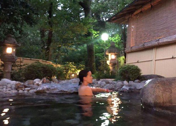 Ngâm mình trong nước khoáng nóng onsen