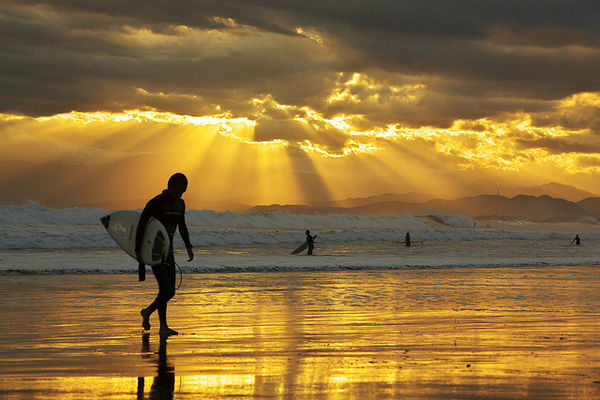 surfers-show-up-in-the-evenings-nhatbanaz