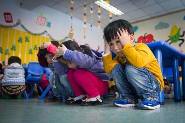 trẻ em Nhật tham gia vào lễ hội phòng chống thiên tai